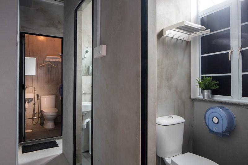Kamar mandi The Port by Quarters Hostel ini bersih dan nyaman