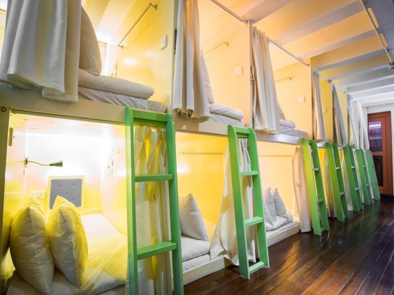 Ruangan kapsul tidur yang lega dan nyaman untuk tidur setelah capek berkeliling Singapura
