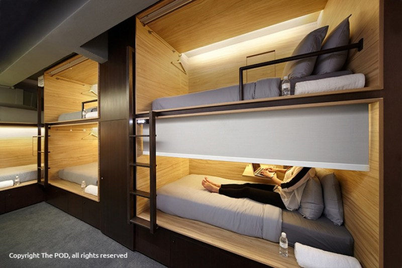 Terdapat meja kecil untuk menempatkan laptop, bisa sambil bekerja meski di kabin