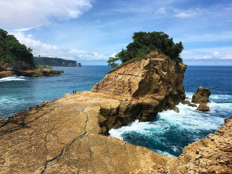 Pantai Pathuk Gebang atau Pantai Pathok Gebang, salah satu pantai di Tulungagung yang tersembunyi di Desa Jenglungharjo, Kecamatan Tanggunggunung, Tulunggagung by @ikramwiese.jpg