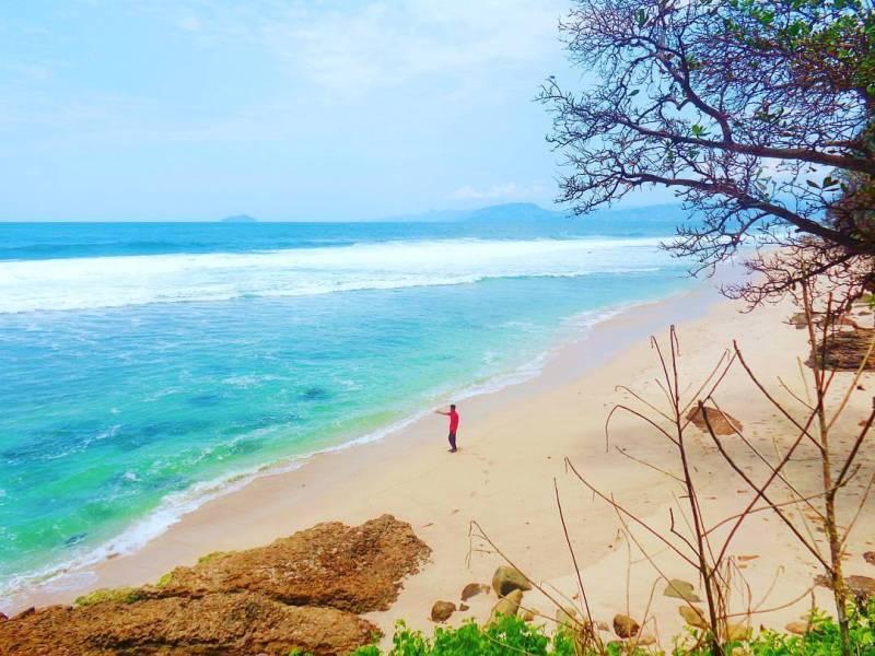 Pantai Segladak atau Pantai Gladak lokasinya di desa Ngrejo, Tanggunggunung, Tulungagung by @hamba_alloh1