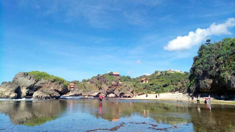 Pantai Kukup, salah satu pantai di jogja yang indah untuk liburan keluarga! via @indah_syafitri27