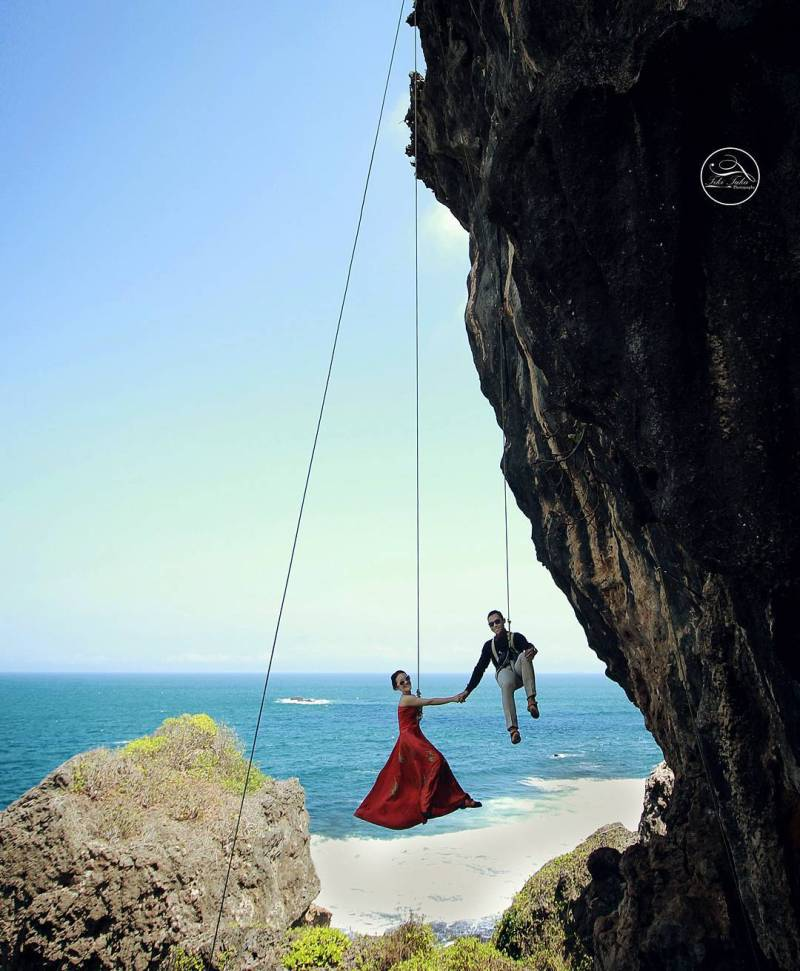 Cari pantai di Yogyakarta untuk prewedding? Main ke Pantai Siung aja! Ini adalah pantai terindah di Jogja untuk prewedding lho! via @tikitakaphoto