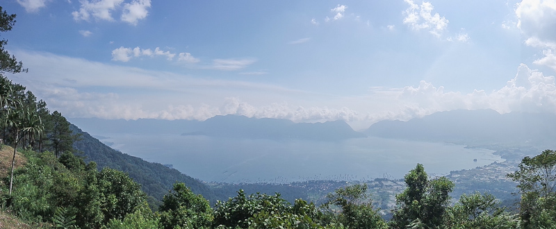 Pemandangan danau maninjau dari puncak lawang