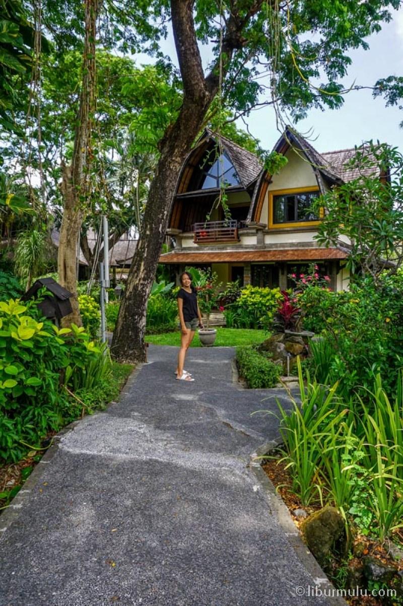 Hotel Villa Lumbung ini meski berada di Seminyak, suasananya bagaikan di Ubud