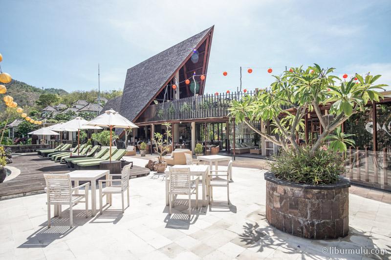 Restoran villa ini berada di dekat kolam umum