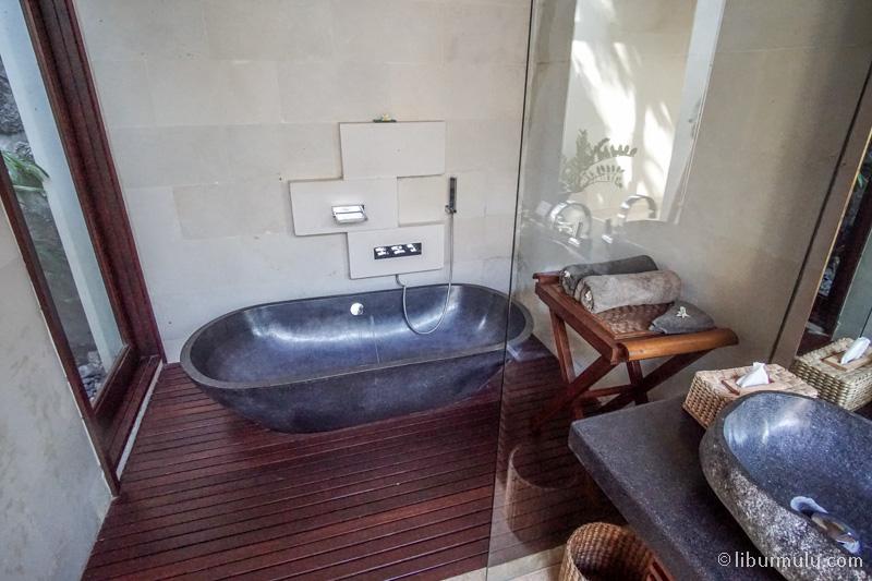 Terdapat bathtub juga di villa ini