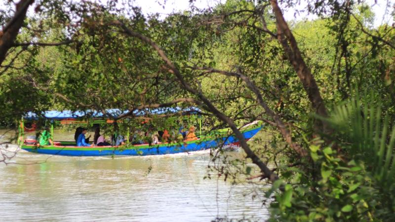 Pengunjung dapat menaiki perahu untuk menyusuri sungai di dekat Hutan Wisata Mangrove Wonorejo.