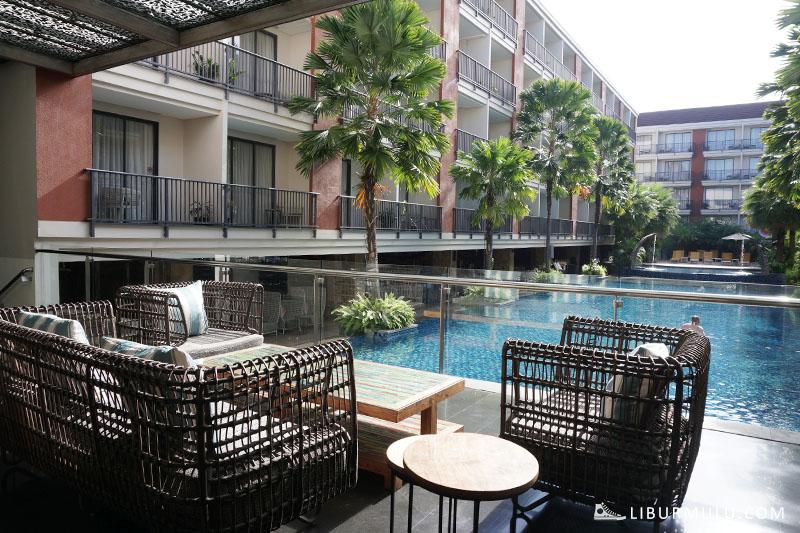 Lobby Swiss Belhotel Tuban menghadap kolam renang