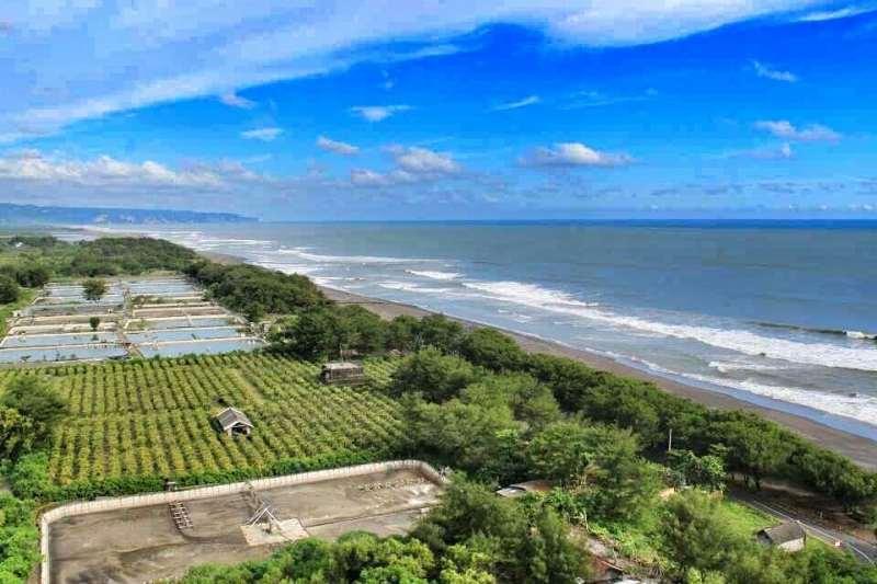 Kamu bisa naik ke atas Mercusuar Pantai Pandansari dan menikmati pemandangan seperti ini. @amandahepi