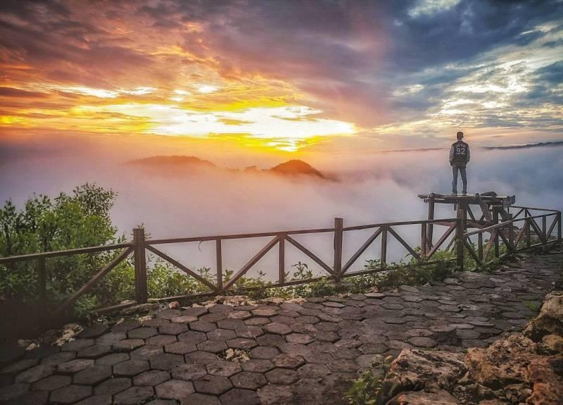 Momen sunrise terbaik di Jogja bisa kamu temukan di Bukit Pangguk ini @suryojdb