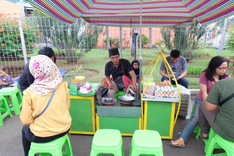Penjual kerak telor gampang ditemukan di Jakarta.