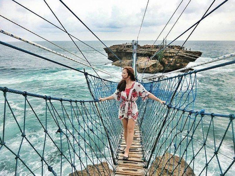 Selain gondola, penghubung Pantai Timang dengan Pulau Timang adalah jembatan tali ini via @lisa__ang