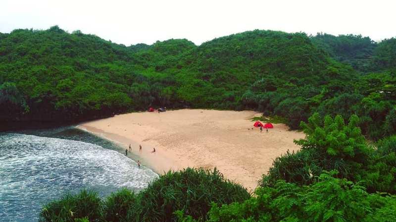 You can camp at Pantai Sedahan Jogja with friends. via IG @dafievan