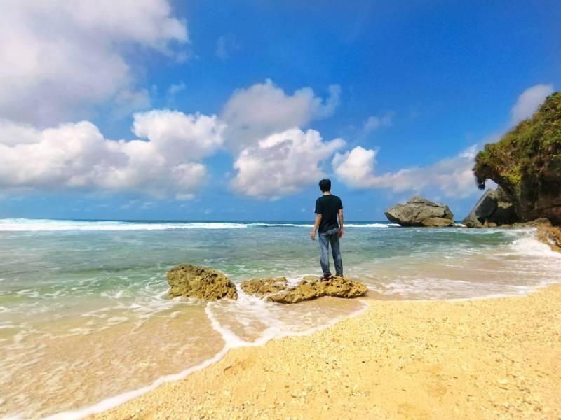 Ada orang yang mengenalnya dengan Pantai Nglangkap ada juga yang mengenal dengan nama Pantai Langkap. Meski ini adalah pantai yang sama di Gunungkidul Jogja! via @anawubardni