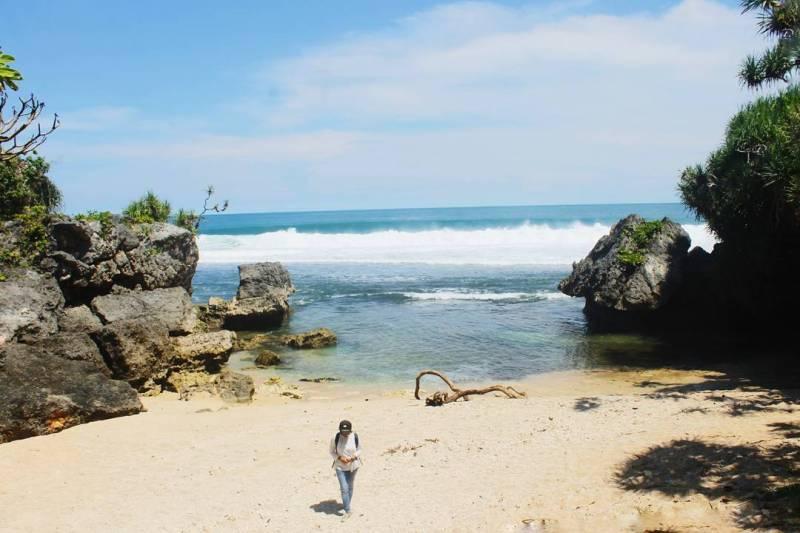 Pantai Nglolang adalah salah satu pantai tersembunyi di Yogyakarta via @luynf