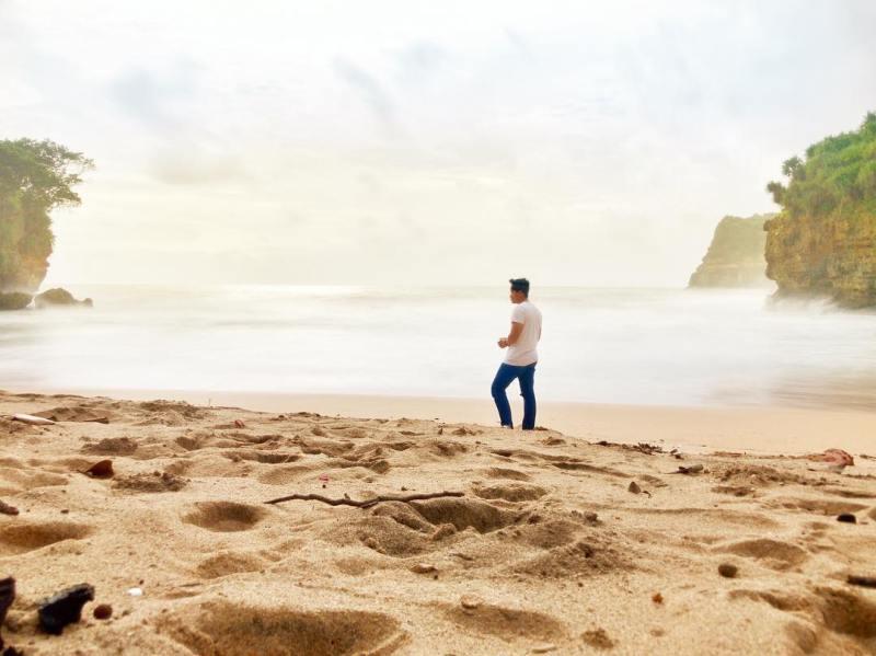 Pasir di Pantai Ngetun juga asik untuk bermain! via @vckyrstywn