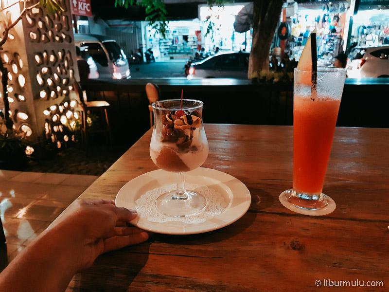 Bersantai di Bar dan Resto sambil menikmati suasana jalanan.