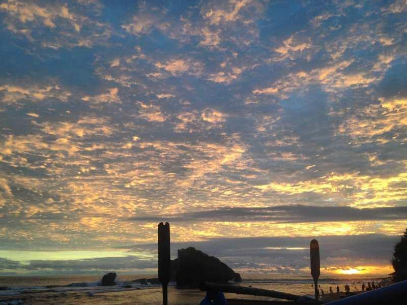 Senja di Pantai Ngandong pun suasananya menyenangkan. Pemandangannya juga cantik luar biasa! via IG @pantai_ngandong