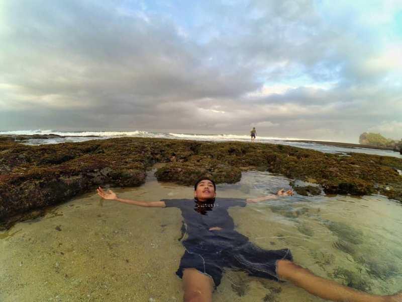 Berenang adalah salah satu aktifitas yang bisa kamu lakukan di Pantai Ngrumput. via @gawulwekwek25