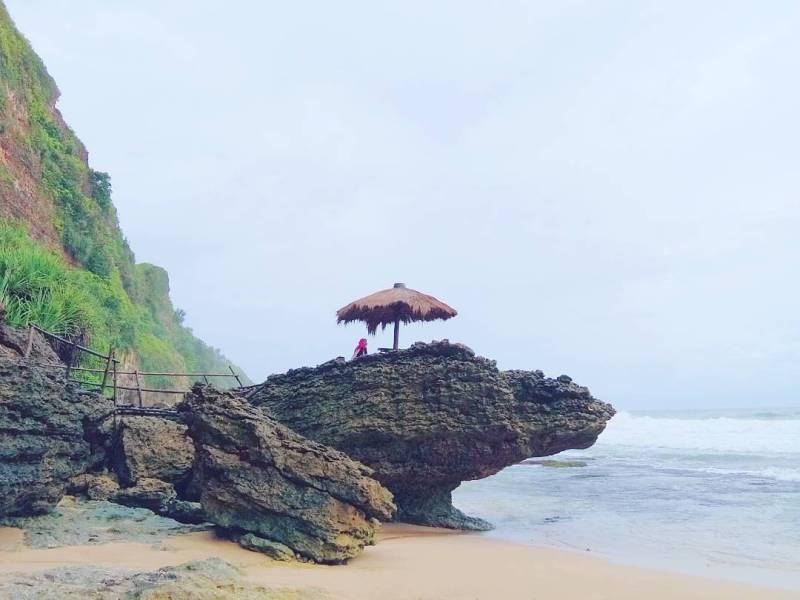 Ciri khas keindahan Pantai Seruni ini adalah pasir putihnya yang cukup luas! via @jogjakartaid