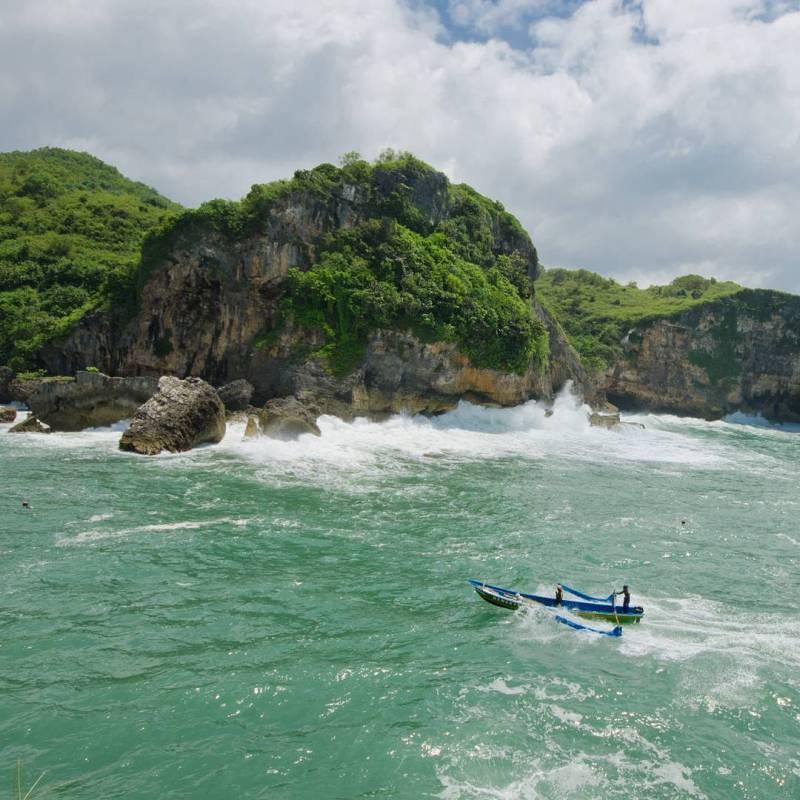Pantai Buron, pantai di kecamatan panggang, gunungkidul yang dapat untuk berlabuh perahu nelayan! via @forlann_