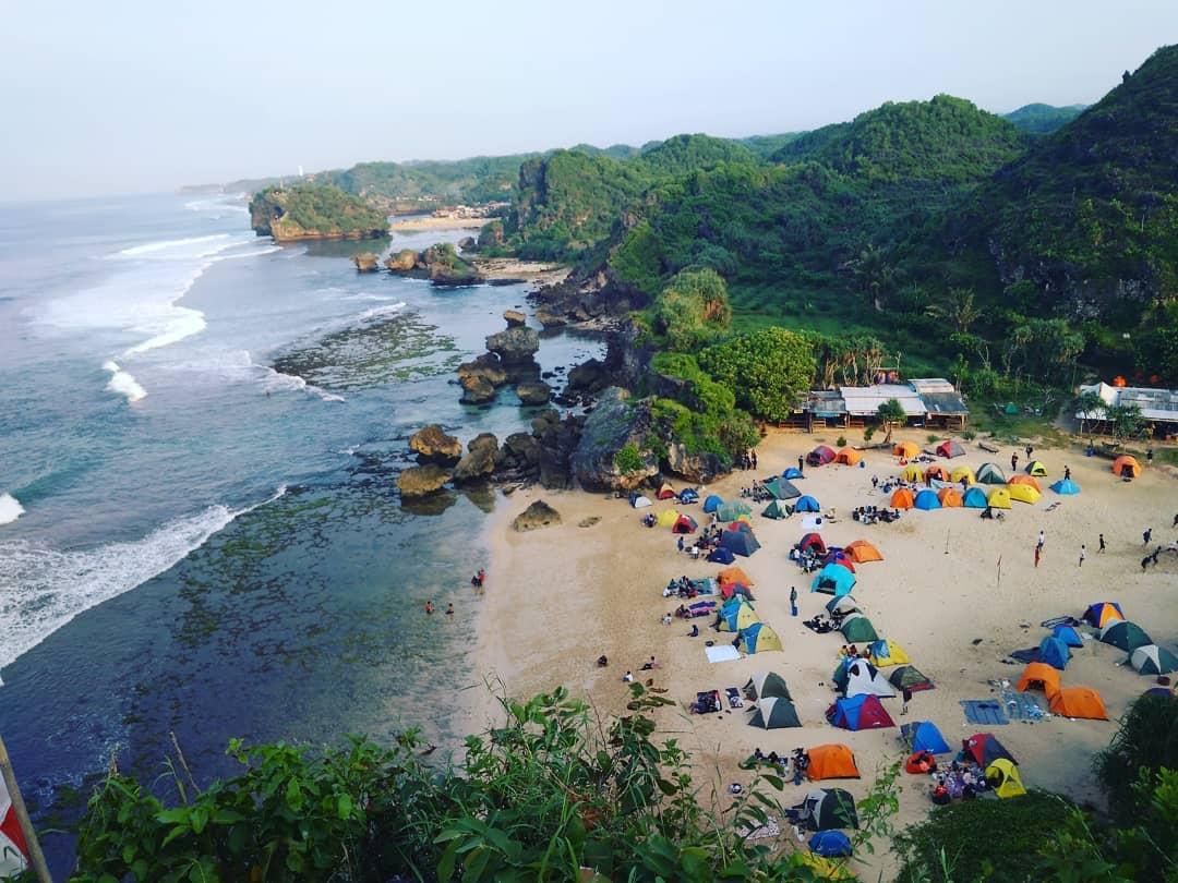 Pantai Ngrumput, Pantai yang Wajib Dicoba Bagi yang Suka Camping! via @suga7098
