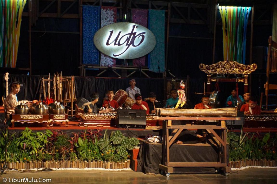Pertunjukan di Saung Angklung Udjo Dibuka dengan pertunjukan wayang golek