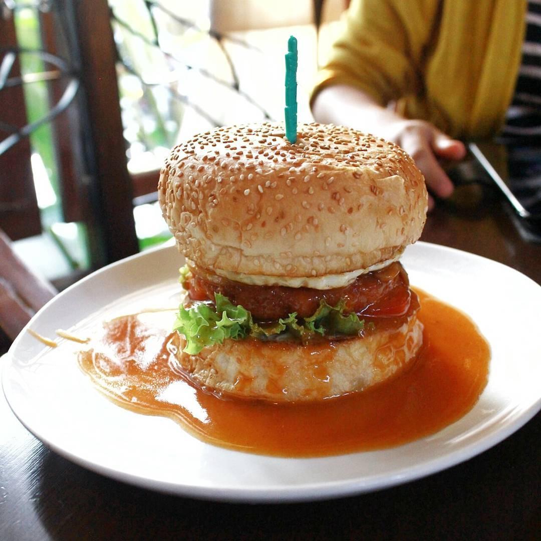 Burger chicken atau beef seharga 15 ribuan di Illy Cafe ini adalah salah satu menu favorit via @batufoodies