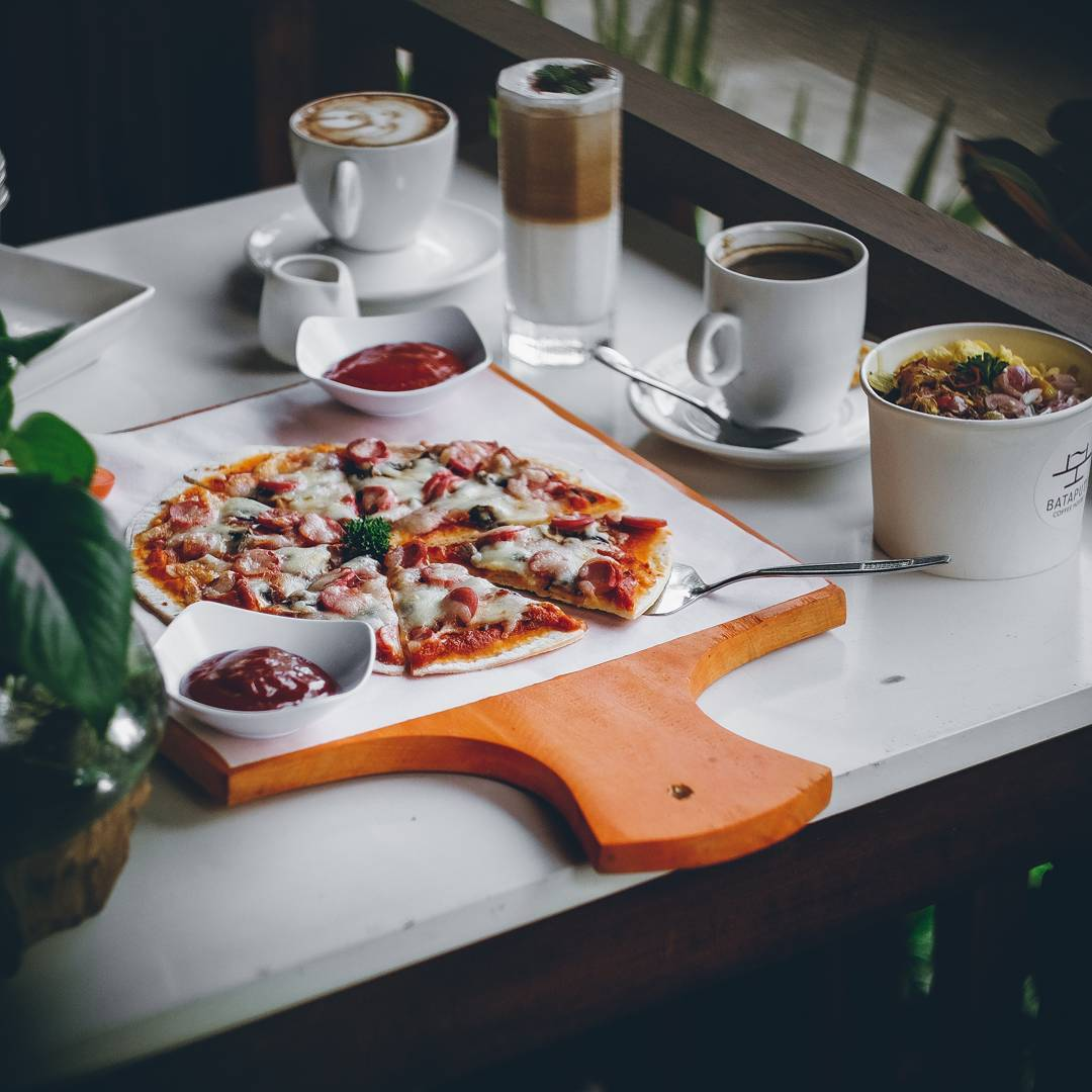 Jangan lupa juga mencoba menu makanan disini via @bataputicoffee