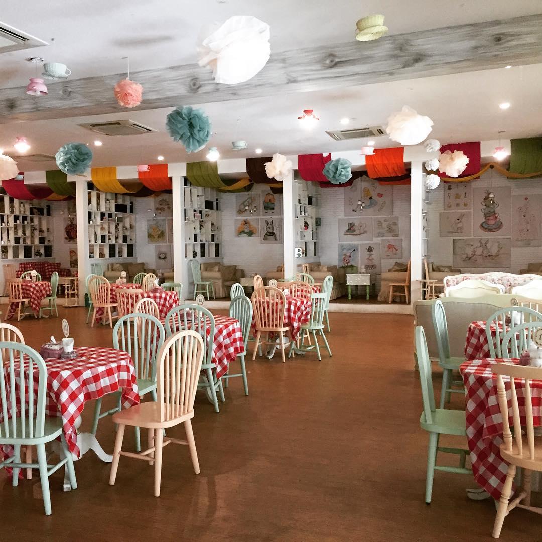 Suasana bagian Indoor cafe Alice Tea Room via @sylviatanzil