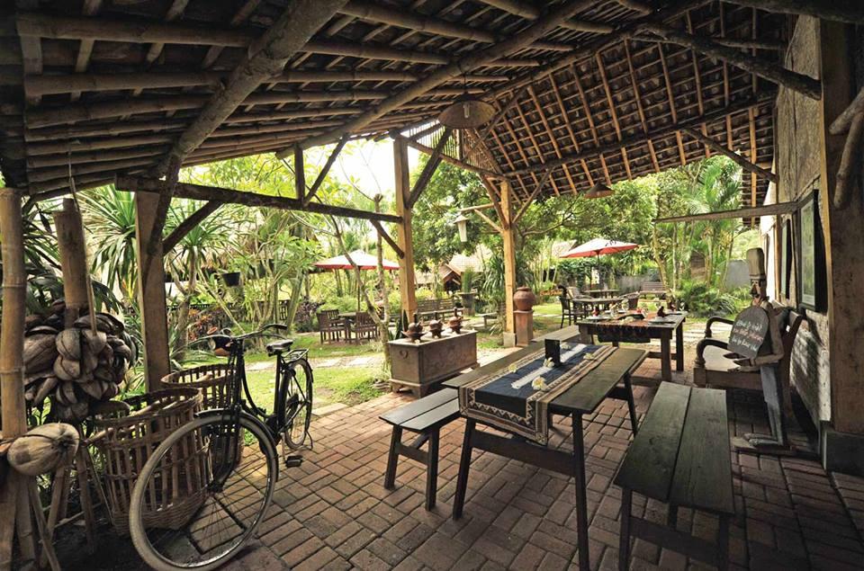 Taman Indie River View Resto suasananya klasik banget bukan via Fanspage Taman Indie Resto.