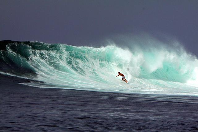 G-Land atau terkenal juga dengan Pantai Plengkung mempunyai ombak yang bagus untuk surfing.