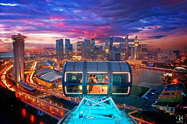 Naiklah Singapore flyer kalau ingin menikmati Singapore dari ketinggian.