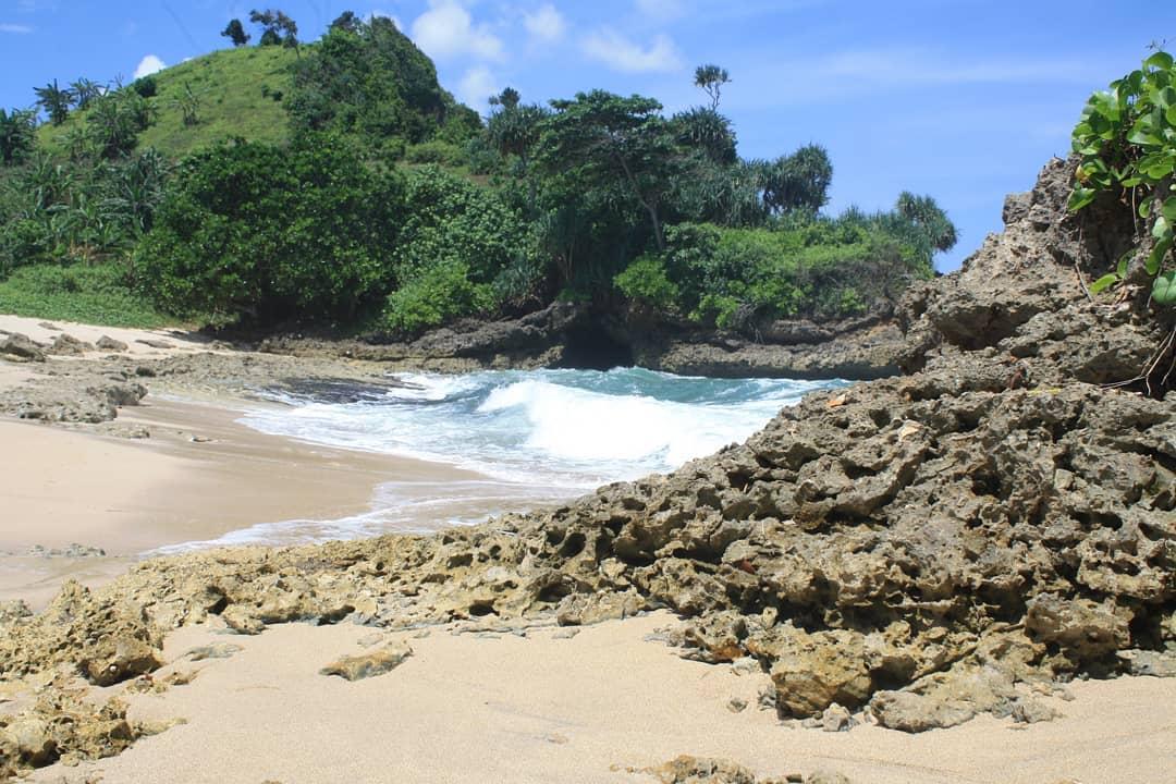 Pantai di Malang yang belum terjamah, Pantai Karang Bolong.