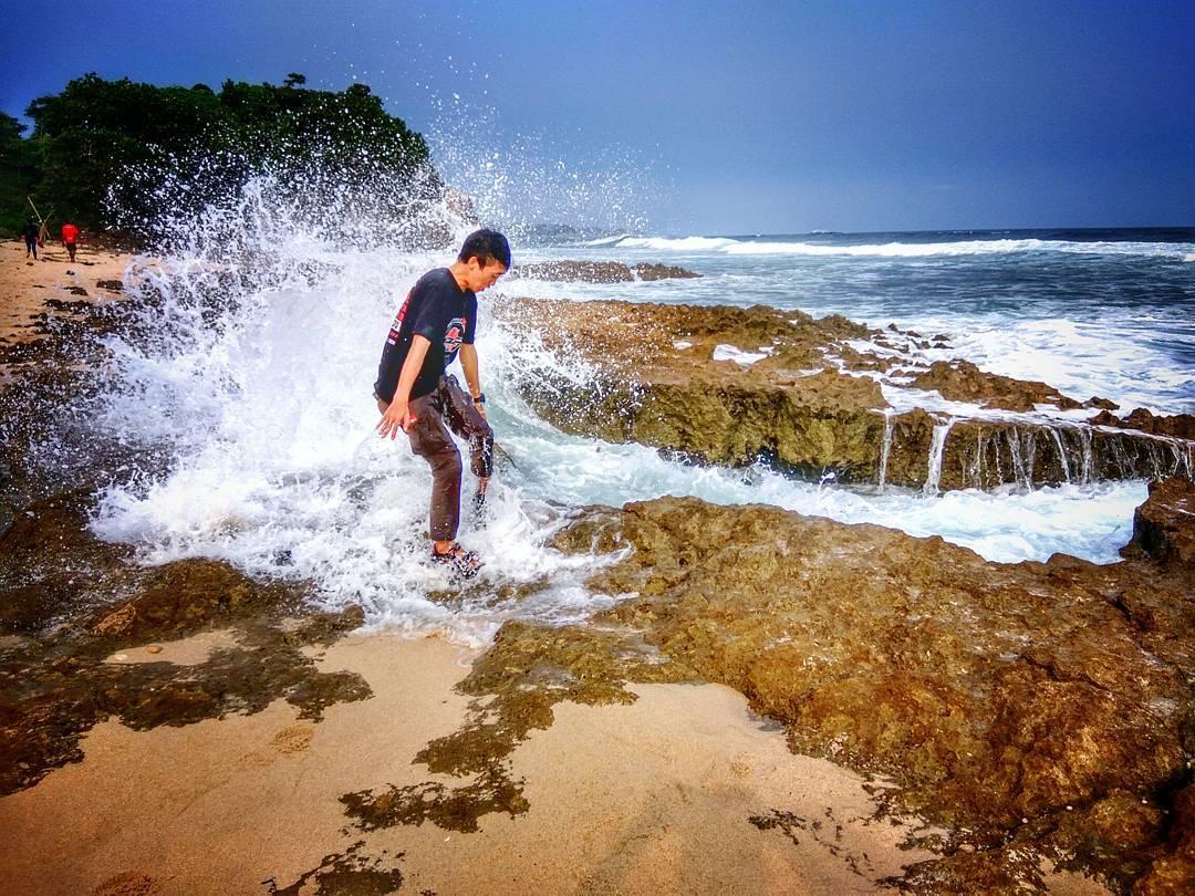 Pantai di Malang yang belum terjamah, Pantai Jonggring Saloka.
