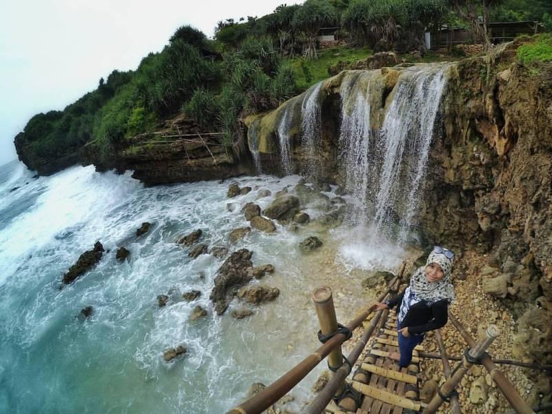Pantai Jogan adalah tempat wisata jogja terkeren yang berupa pantai lengkap dengan air terjun.