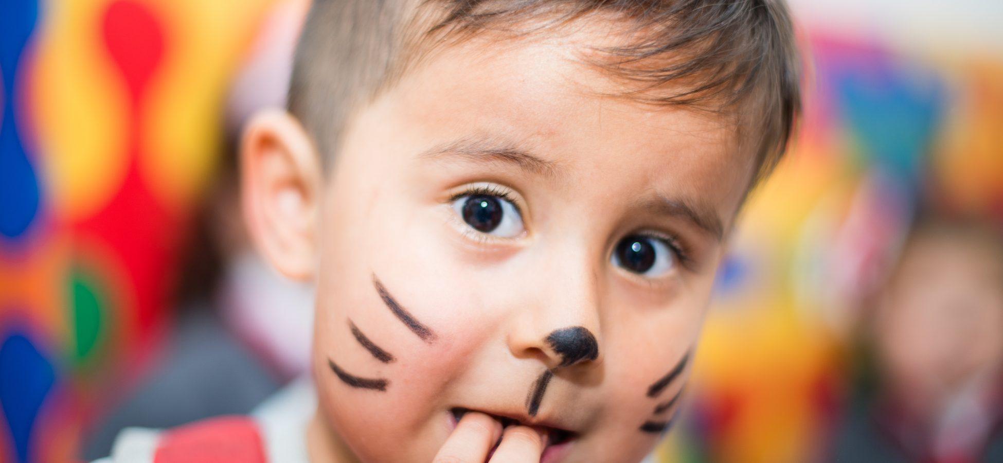 niño pequeño con cara pintada