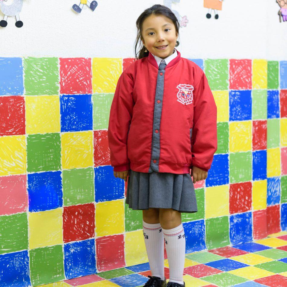 estudiante niña primaria uniforme