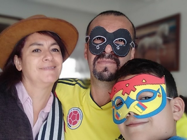 familia junta feliz por colombia