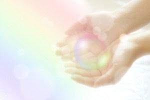 両掌の虹色の玉のイメージ