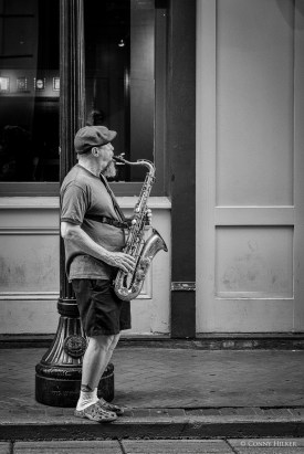 Saxophonist. Bourbon Street, New Orleans, Louisiana, USA in s/w, b/w