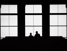rolf oschlies - Paar auf Museumspodest