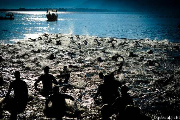 triathlon locarno atleti alla partenza, controluce in acqua