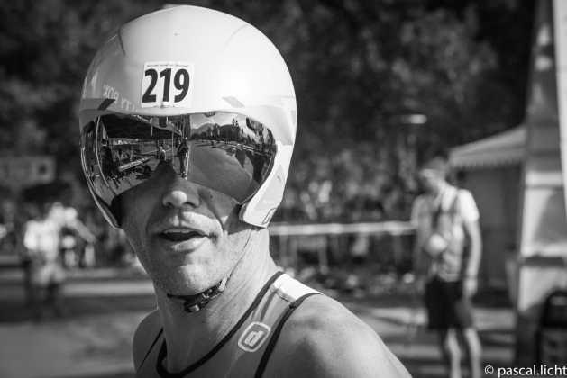 Tri-atleta con casco da bici