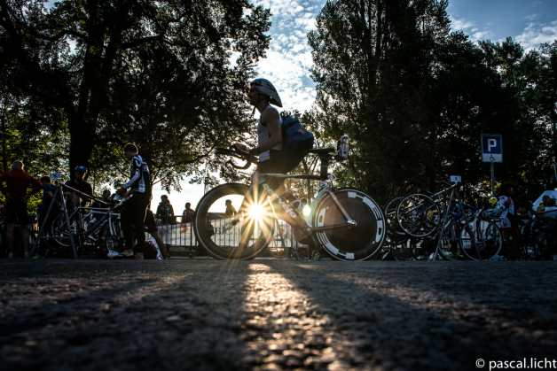 triatleta con bici in controluce