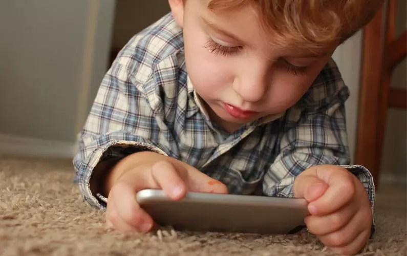 dete drži mobilni telefon