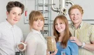 Los cuatro hermanos tras la ginebra Sibling Gin: Digby, Clarice, Cicely y Felix Elliott-Berry