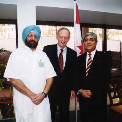 Former Prime Minister Jean Chrétien with Punjab's Chief Minister Capt. Amarinder Singh and Canada's Consul General Bhupinder S. Liddar at the opening of the Consulate in Chandigarh in October 2003.