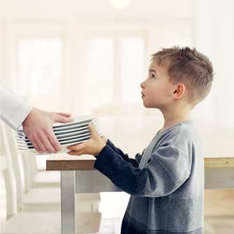 Como enseñar a los niños a ayudar en casa y en la cocina